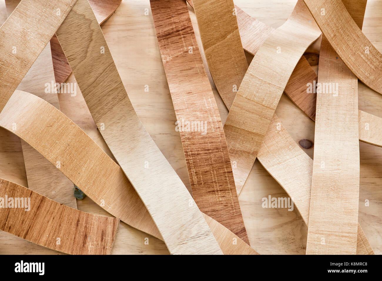 Hojas de madera ondulada decorar una pared Imagen De Stock