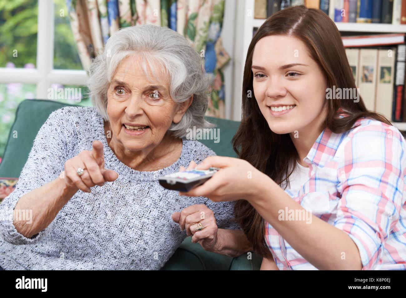 Nieta de adolescentes viendo televisión con Abuela Imagen De Stock