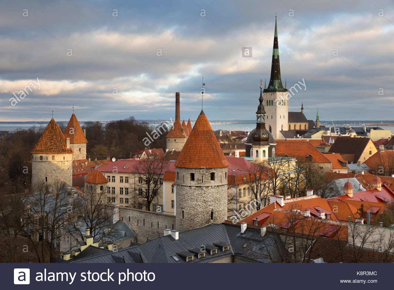 Vistas sobre el casco antiguo de la ciudad con las torres de las murallas de la ciudad y la Iglesia Oleviste desde Imagen De Stock