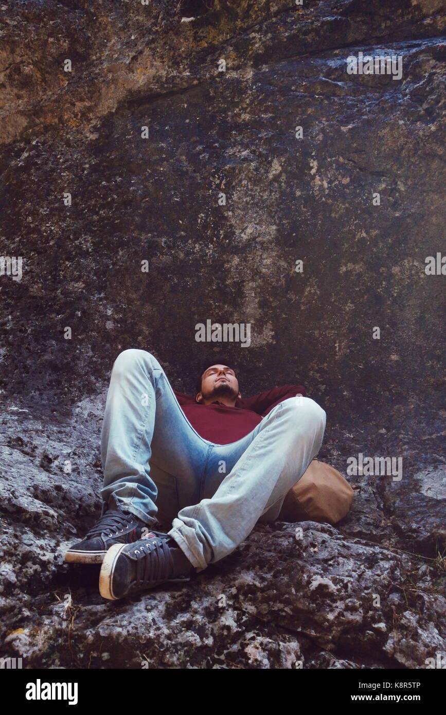 Joven durmiendo en una montaña Imagen De Stock