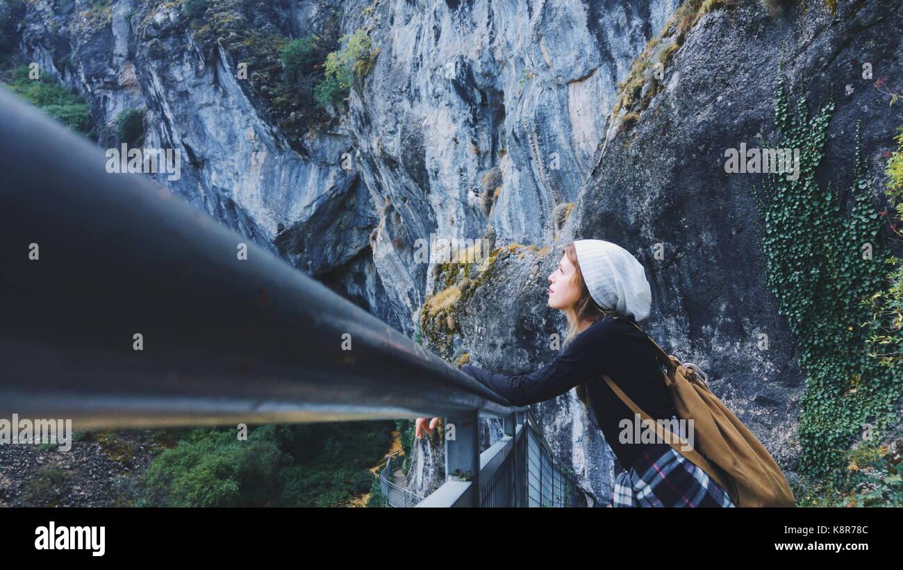 Viajero joven mujer perdió en una enorme montaña Imagen De Stock
