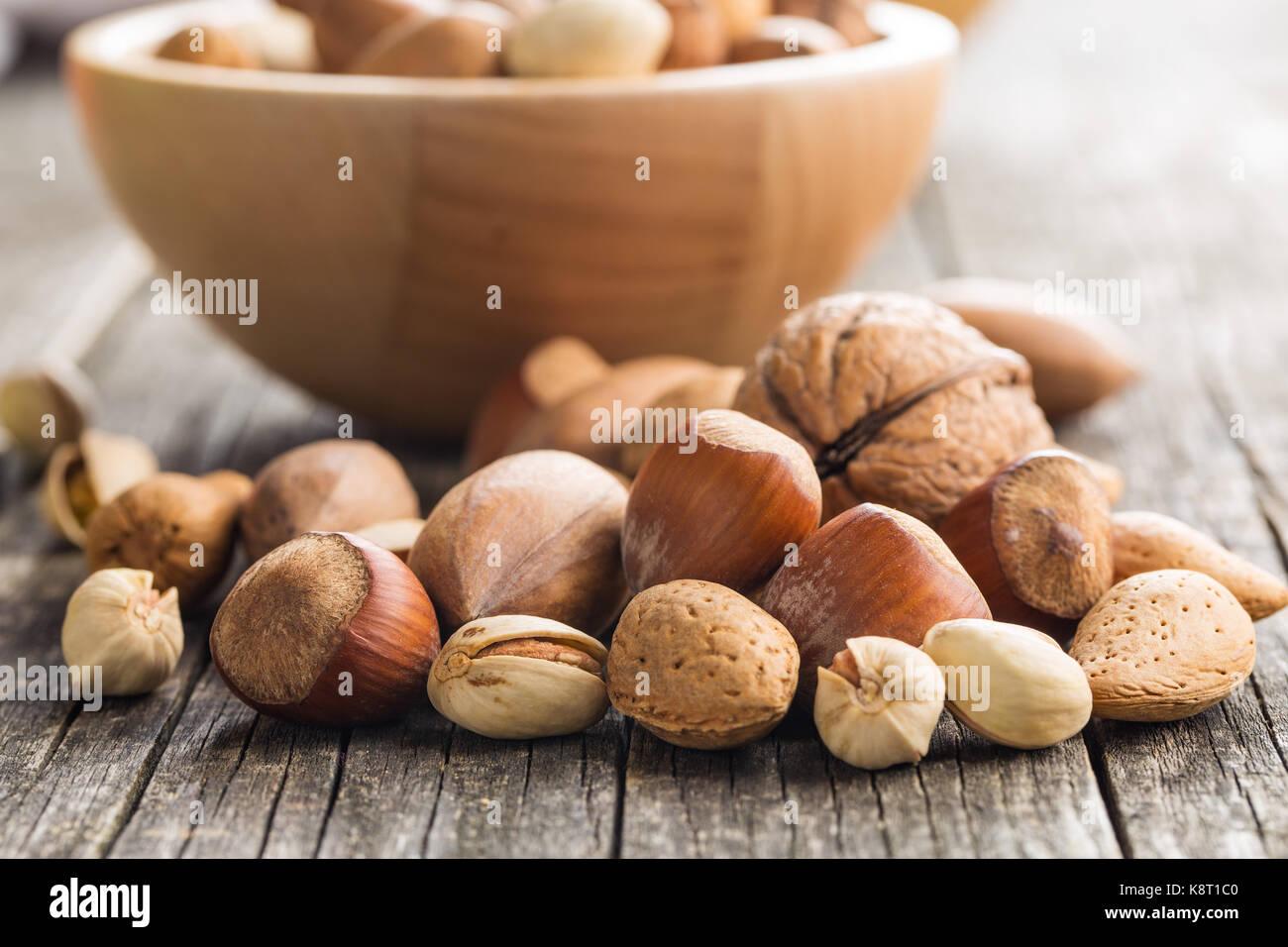 Los diferentes tipos de frutos secos en la cáscara de nuez. Las avellanas, nueces, almendras, nueces de nogal Imagen De Stock