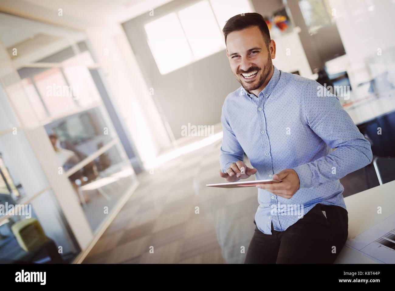 Retrato de guapo arquitecto con éxito la celebración de tablet Imagen De Stock