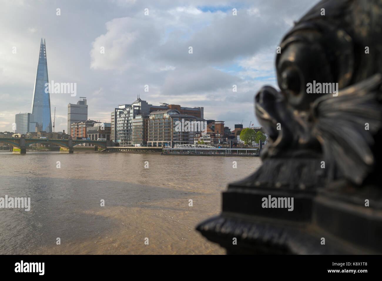 El edificio shard y el río Támesis de Londres. Foto de stock