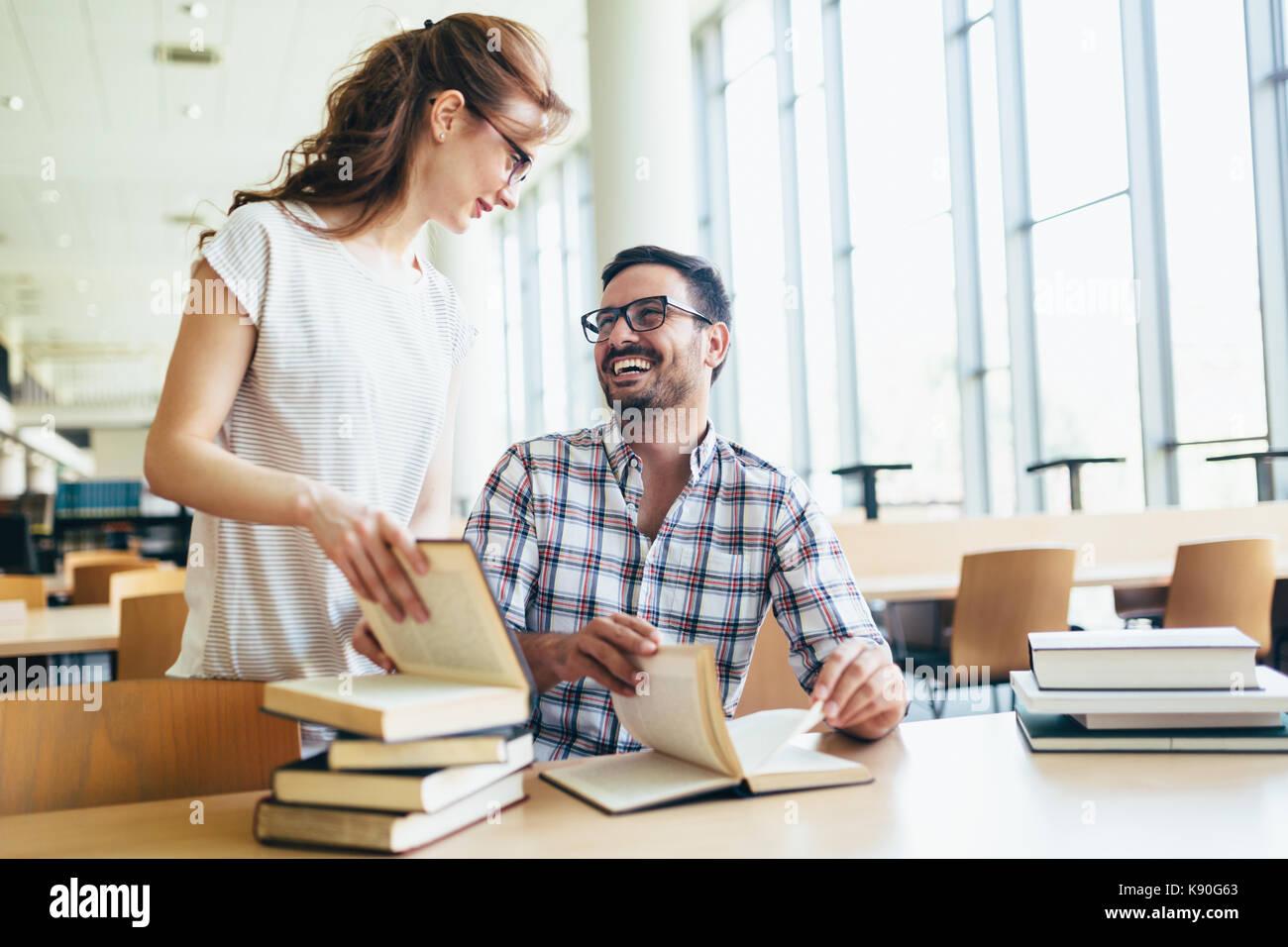 Los jóvenes estudiantes atractivo pasar tiempo en la biblioteca Imagen De Stock