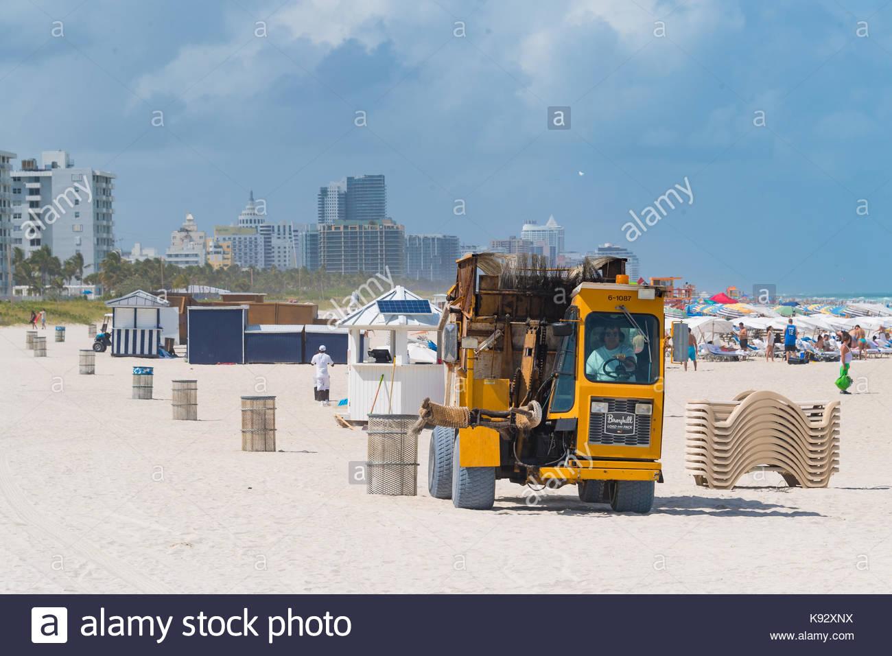 Recolección de basura en la playa de Miami. La famosa atracción turística lugar es visitado por miles Imagen De Stock
