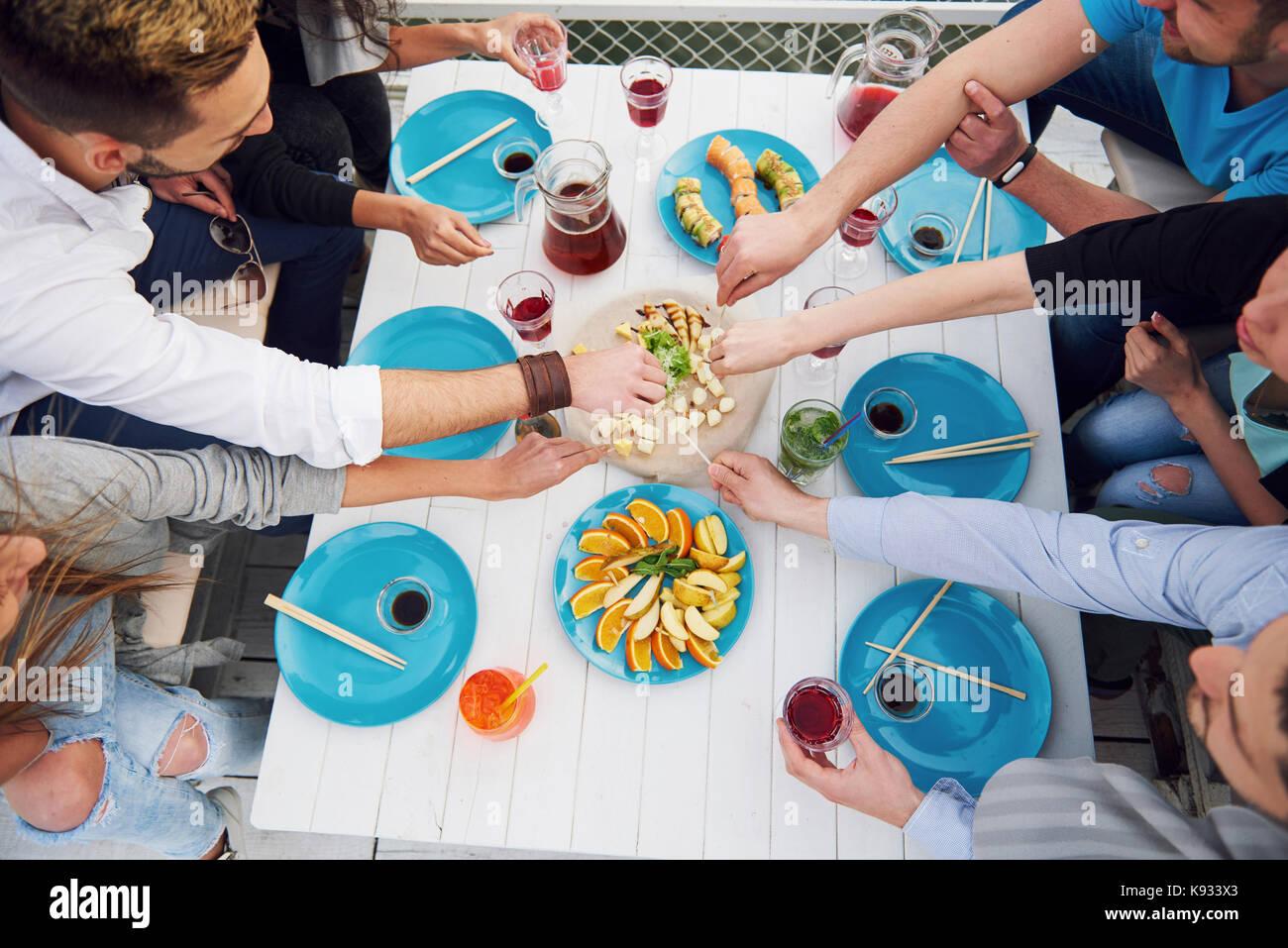 Amigos cumpleaños en un picnic Imagen De Stock