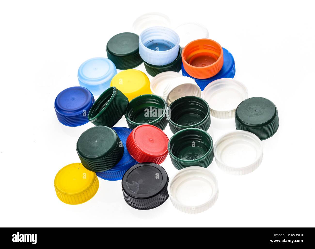 Tapones para botellas de plástico de diferentes colores. Un montón de tapas  de botellas de plástico aislado sobre fondo blanco. d031968a4f60