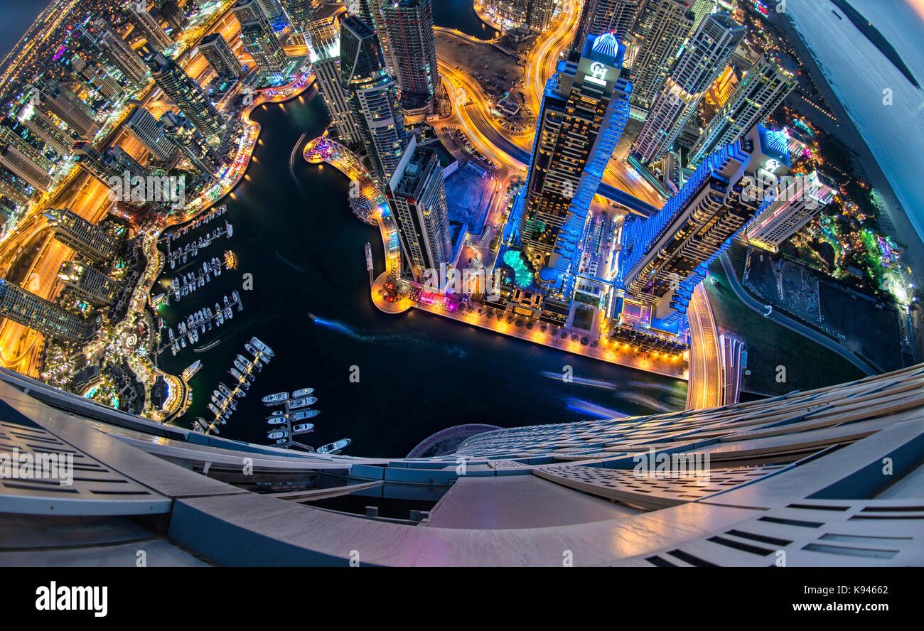 Vista aérea de la ciudad de Dubai, Emiratos Árabes Unidos, al atardecer, con rascacielos iluminados y Imagen De Stock
