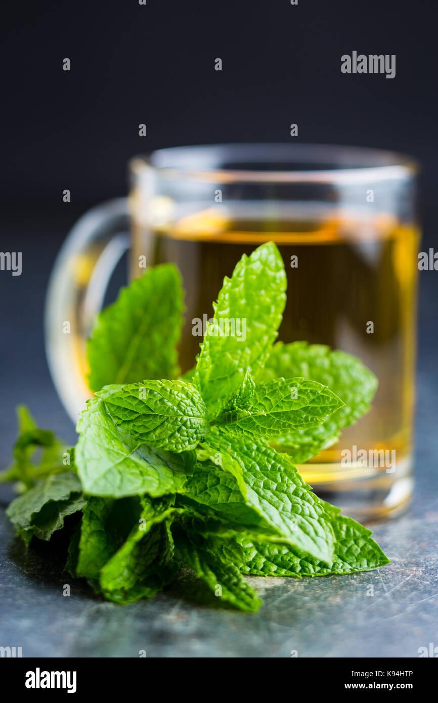 Sabroso té a la menta. hojas de menta y taza de té. Imagen De Stock