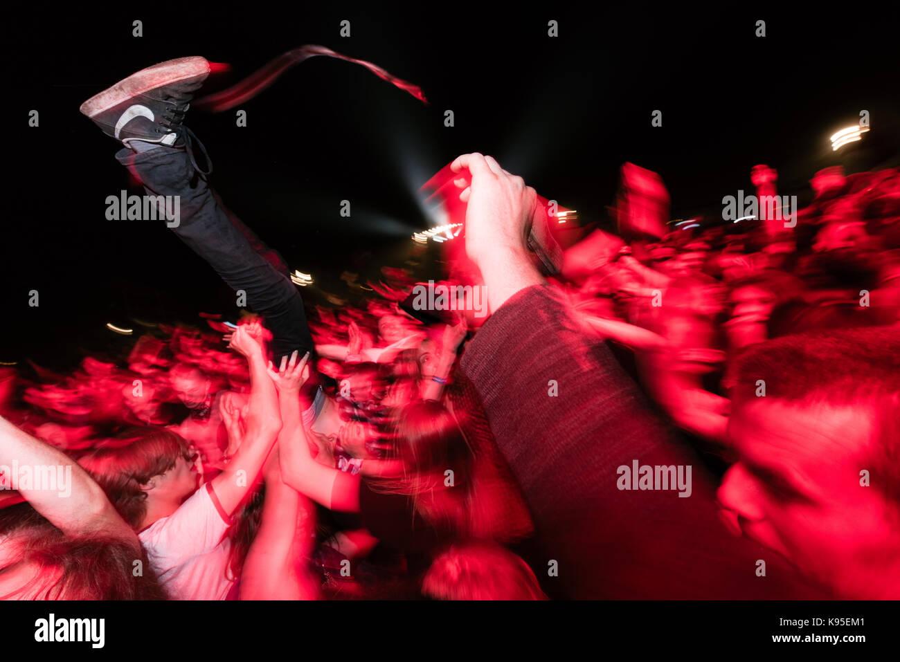 01.08.2015 kostrzyn nad odra 21 przystanek woodstock / uczestnik festiwalu dryfujacy na tlumie pod scena glowna Imagen De Stock