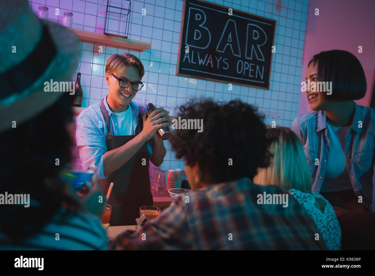 Barman haciendo cóctel de alcohol Imagen De Stock