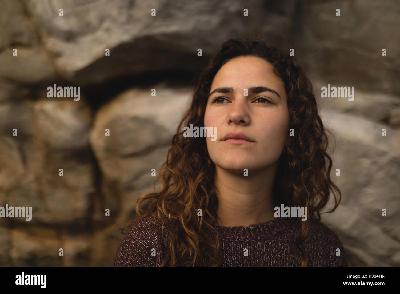 Pensativo excursionista hembra relajante durante el alpinismo Imagen De Stock