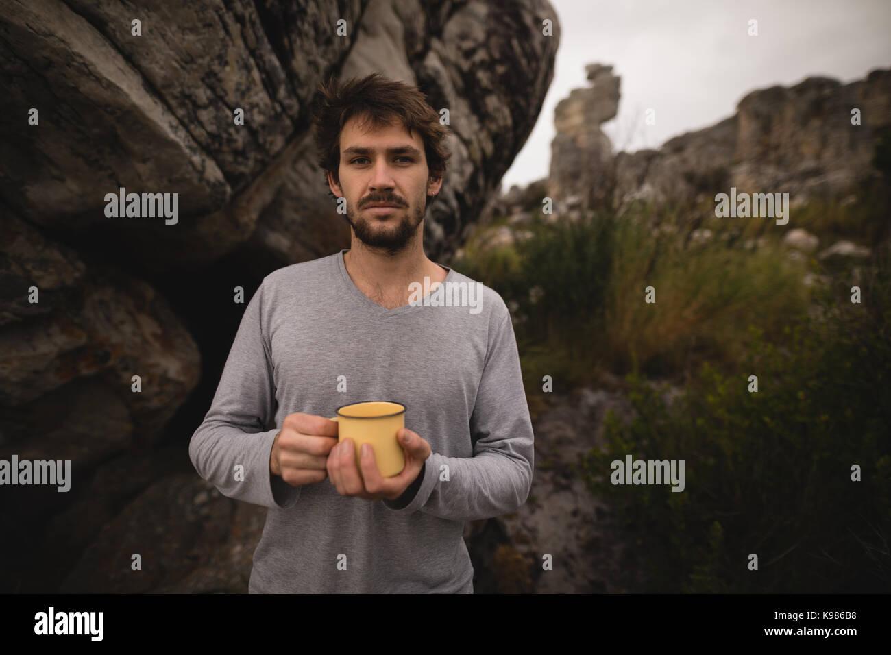 Retrato del hombre que confía la celebración de café en un día soleado Imagen De Stock