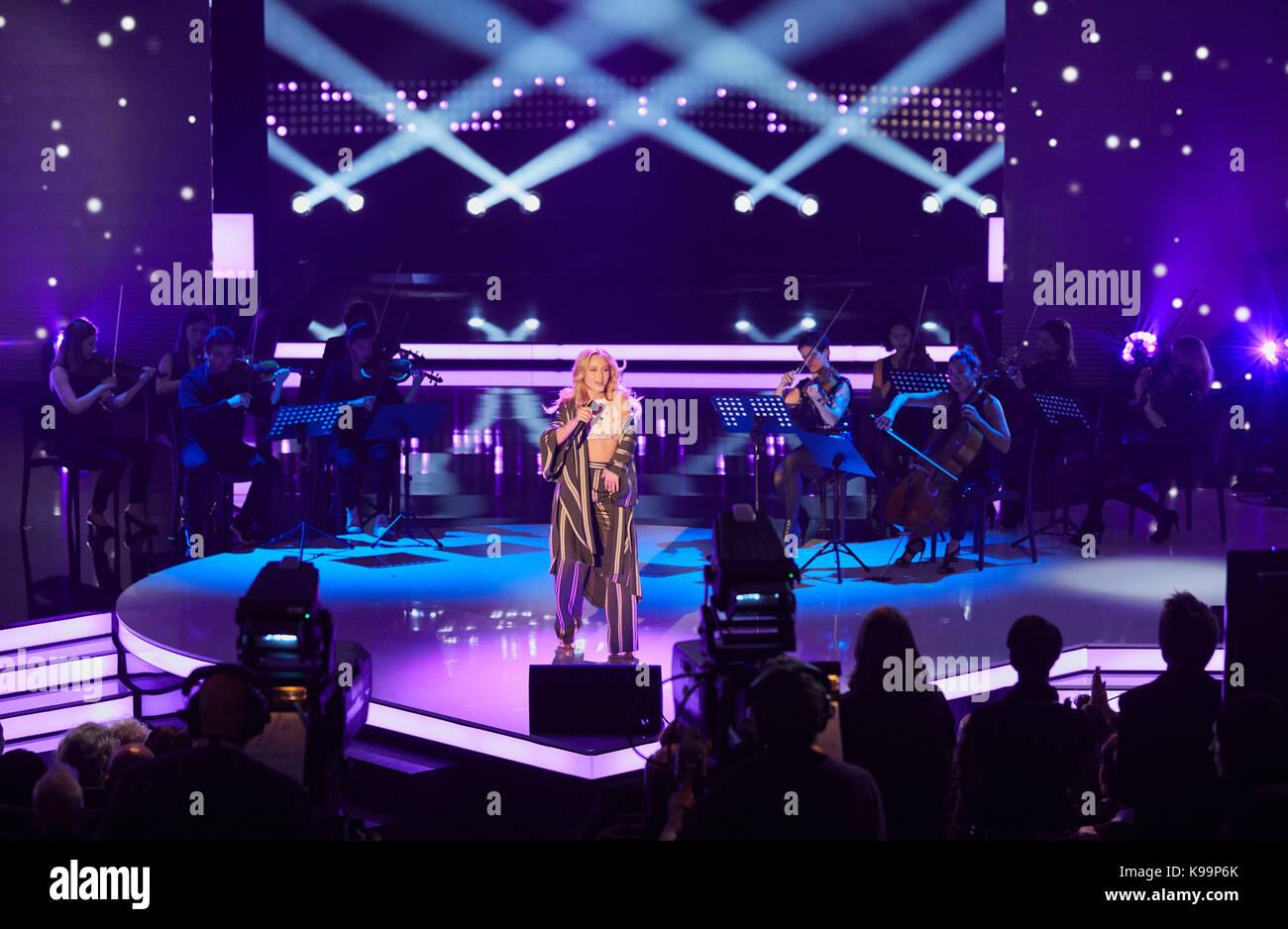 Zara Larsson y músicos durante la grabación del programa de televisión  nena  - nichts versaeumt afbf2570657