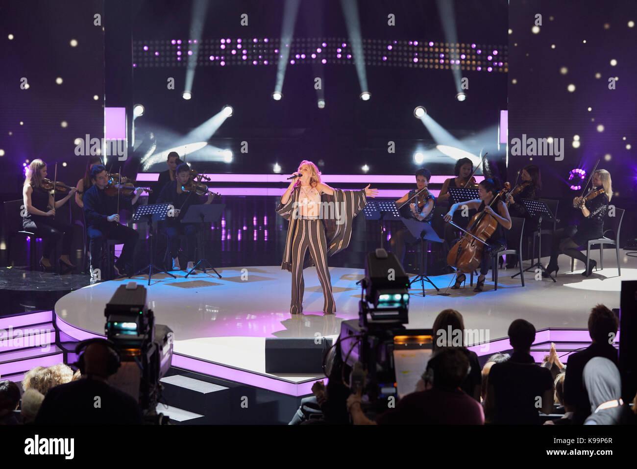 Zara Larsson y músicos durante la grabación del programa de televisión  nena  - nichts versaeumt  (lit.