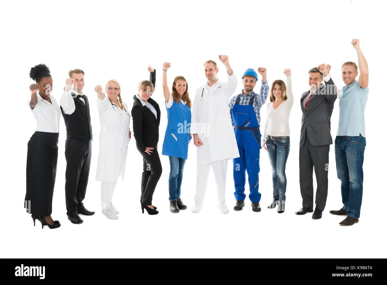 Retrato de longitud completa de personas con diversas ocupaciones aclamando contra el fondo blanco. Imagen De Stock