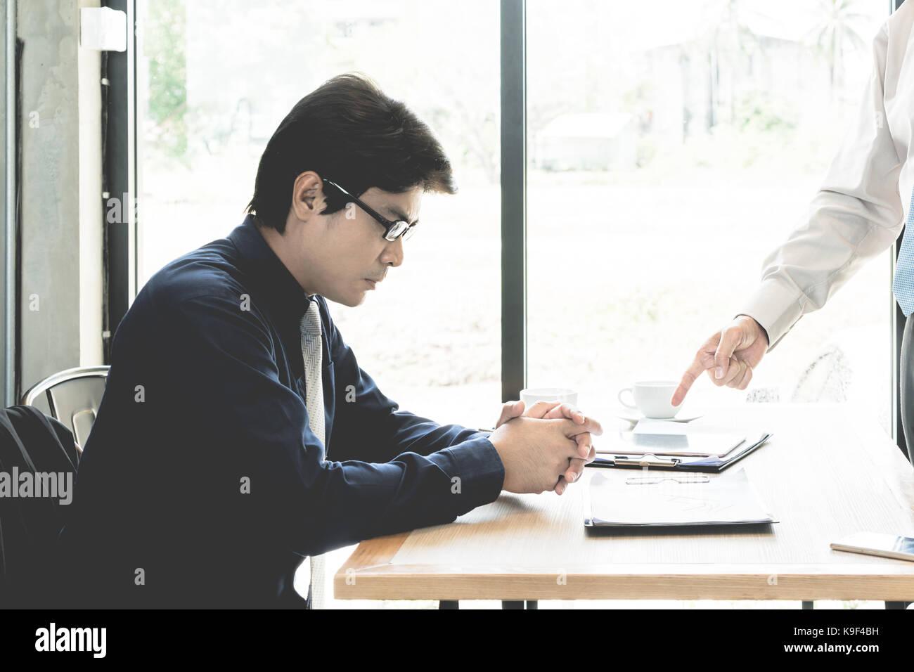 Administrador de Asia del empresario quejándose a empleado por apuntando a él por error el trabajo, destacó Imagen De Stock