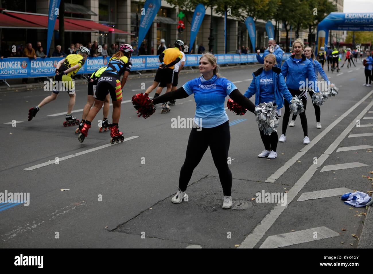 Berlín, Alemania. El 23 de septiembre de 2017. porristas animar a los patinadores en el último kilómetro de la carrera. Más de 5.500 skater tomó parte en la maratón de Berlín de 2017, BMW de carrera de patinaje en línea, un día antes de la carrera de maratón. Bart swings de Bélgica ganó la carrera en 58:42 para el quinto año en una fila. Crédito: Michael debets/alamy live news Foto de stock