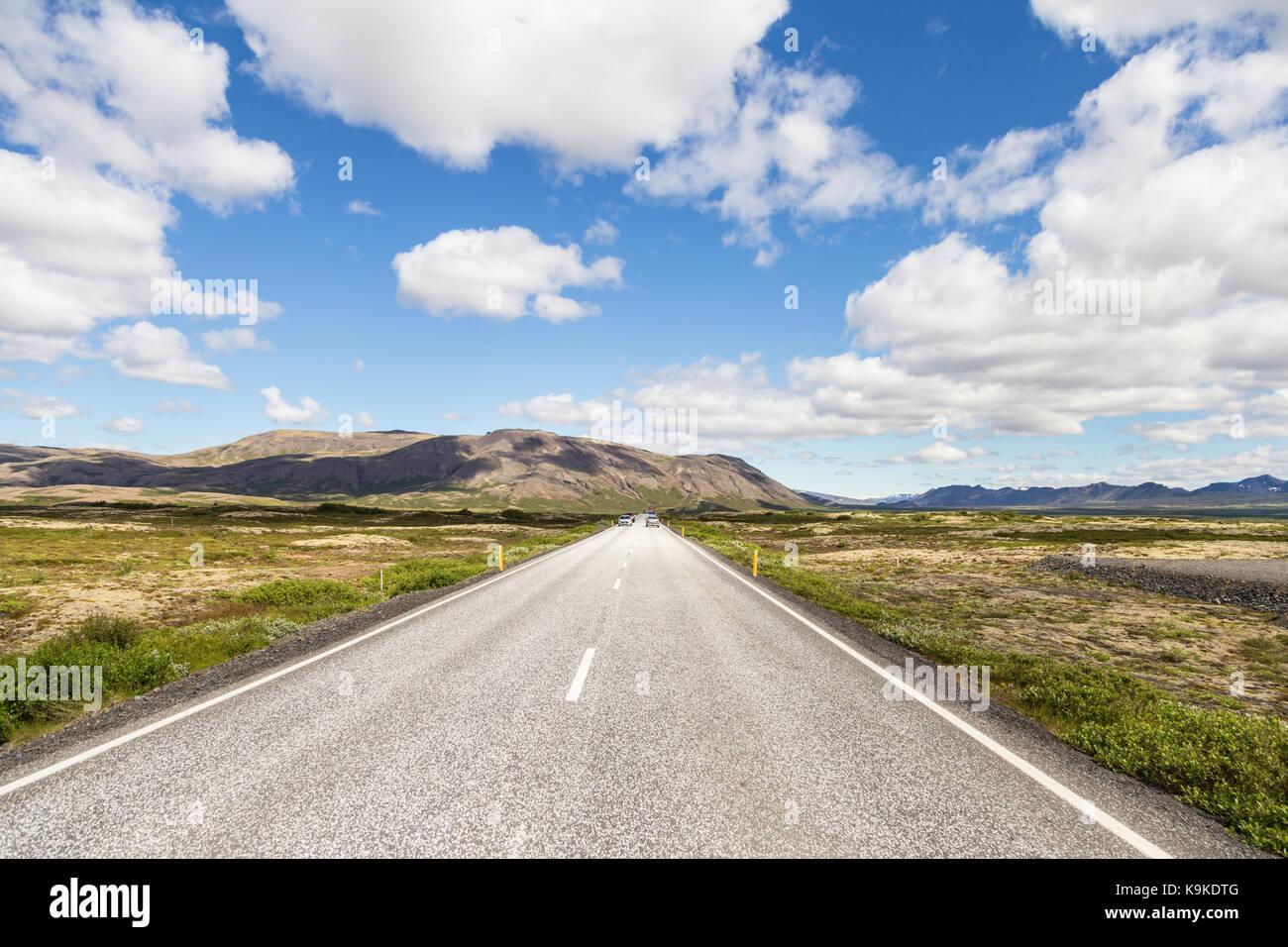 En la carretera en Islandia a lo largo del círculo dorado que abarquen diversas atracciones naturales en un viaje Foto de stock