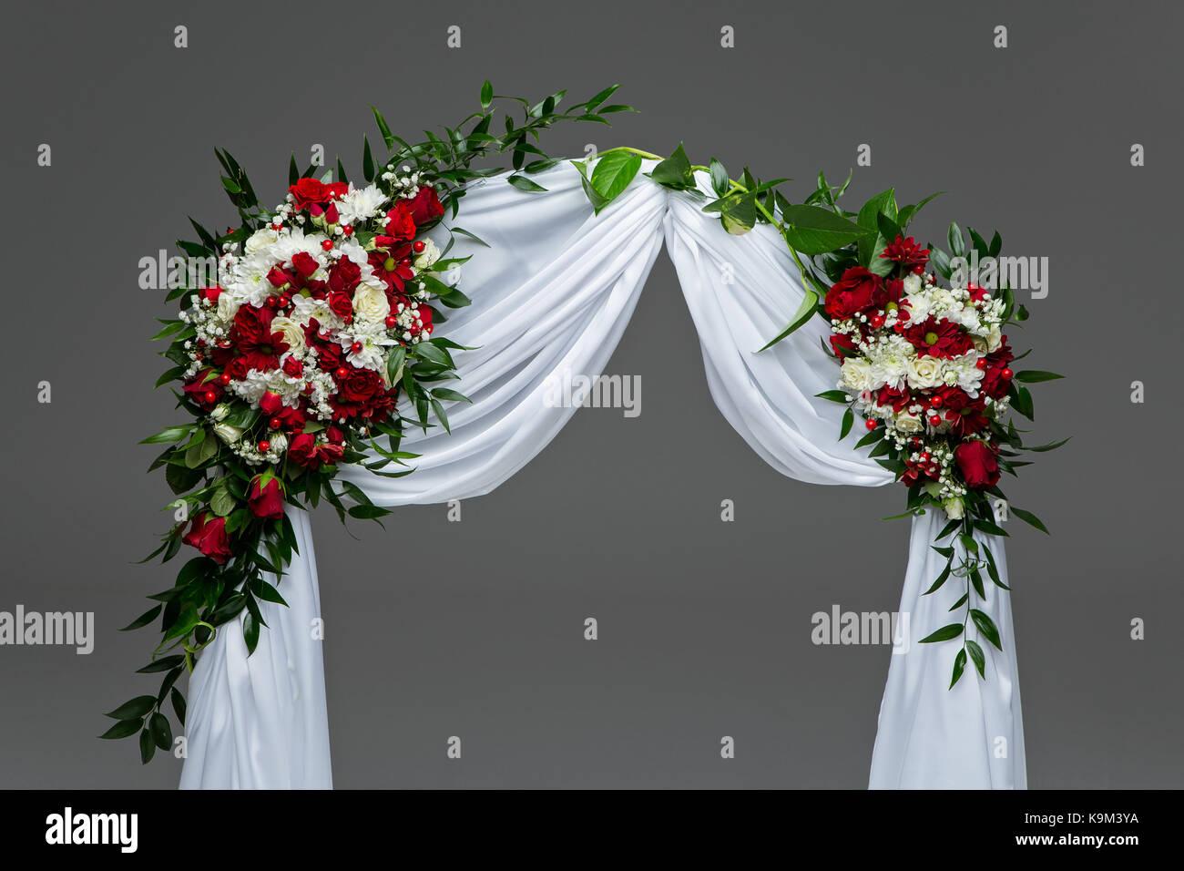Arco De Flores Hermosas Rosas Decoración De Boda Con Rosas Blancas Y Rojas Studio Shot Copie El Espacio Fotografía De Stock Alamy