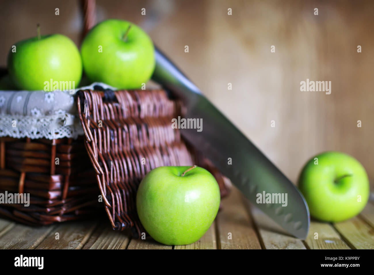 Manzana Verde en una cesta Imagen De Stock