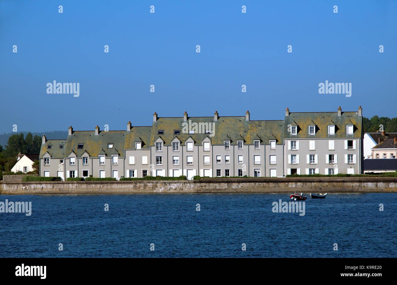 Casas Costa de la península de Cotentin Barfleur Normandía Francia Foto de stock