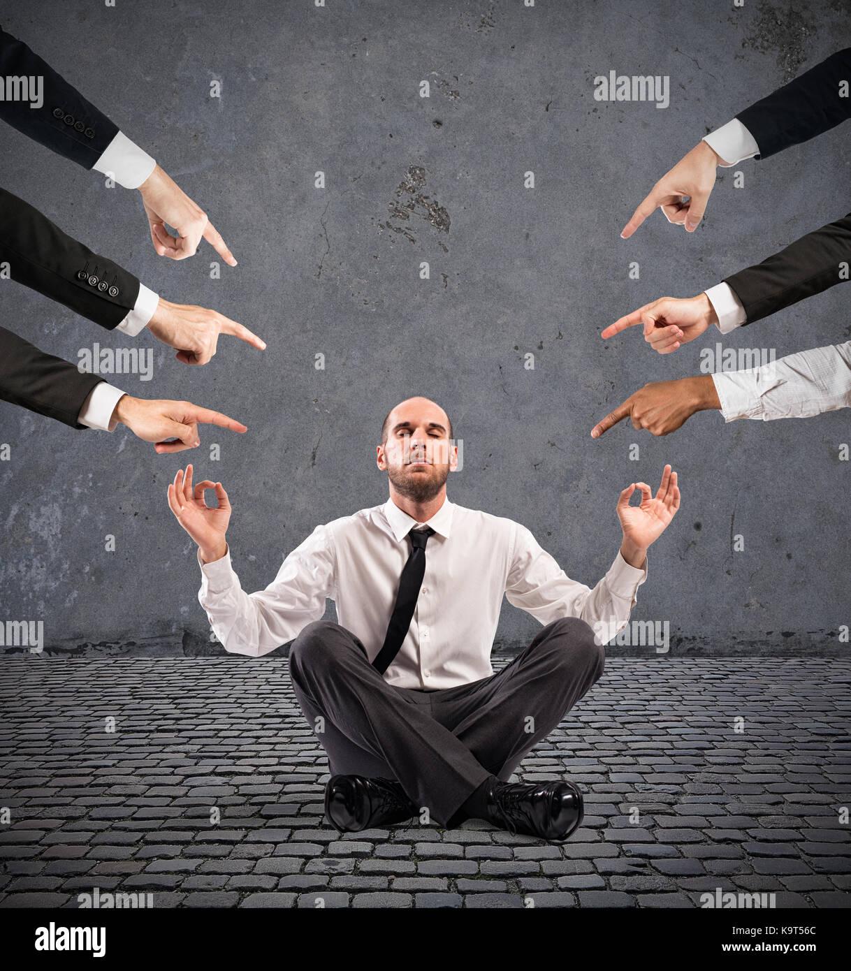 Empresario relajado bajo las acusaciones de colegas Imagen De Stock