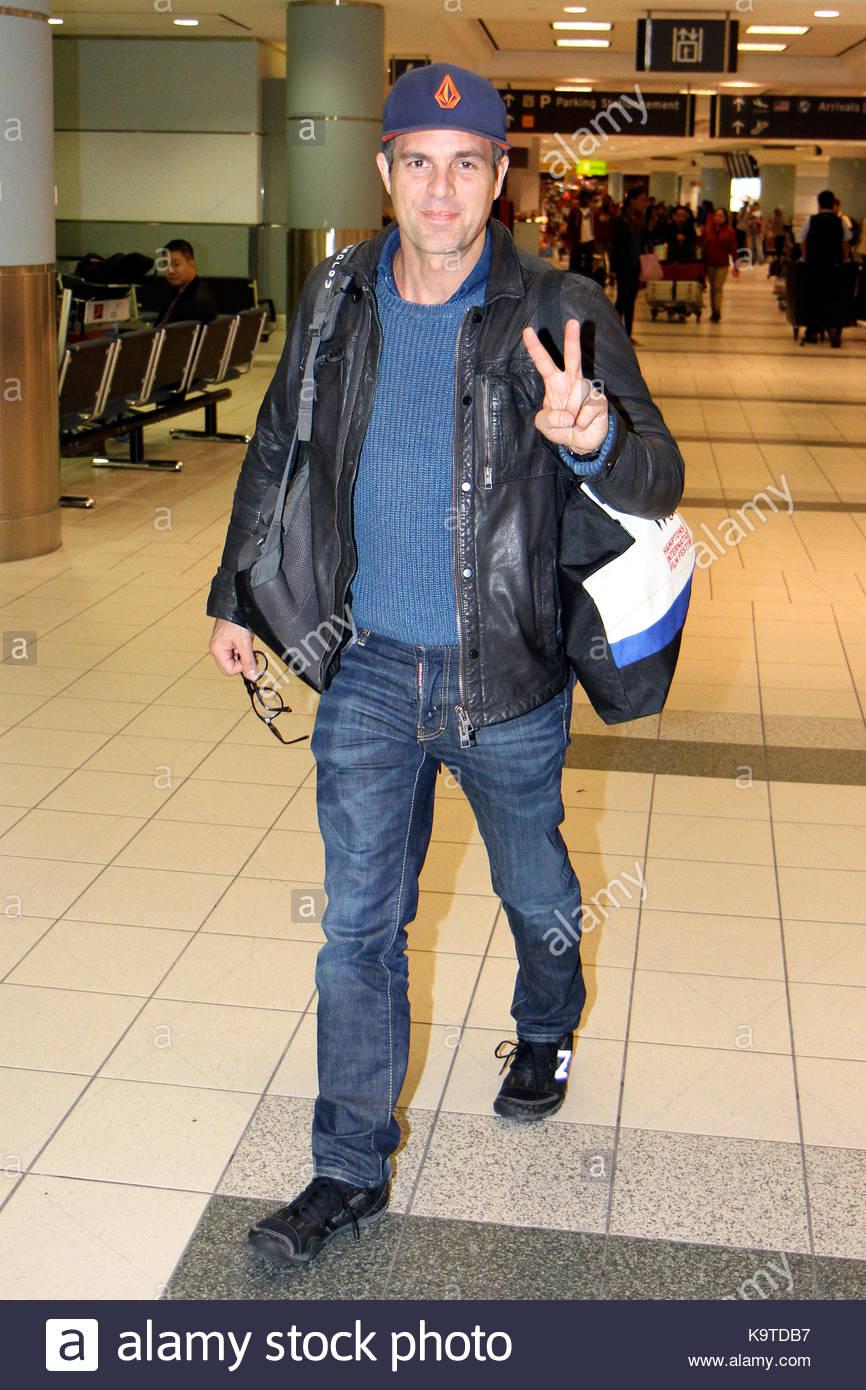 Mark Ruffalo Mark Ruffalo llega al Aeropuerto Internacional Pearson ...