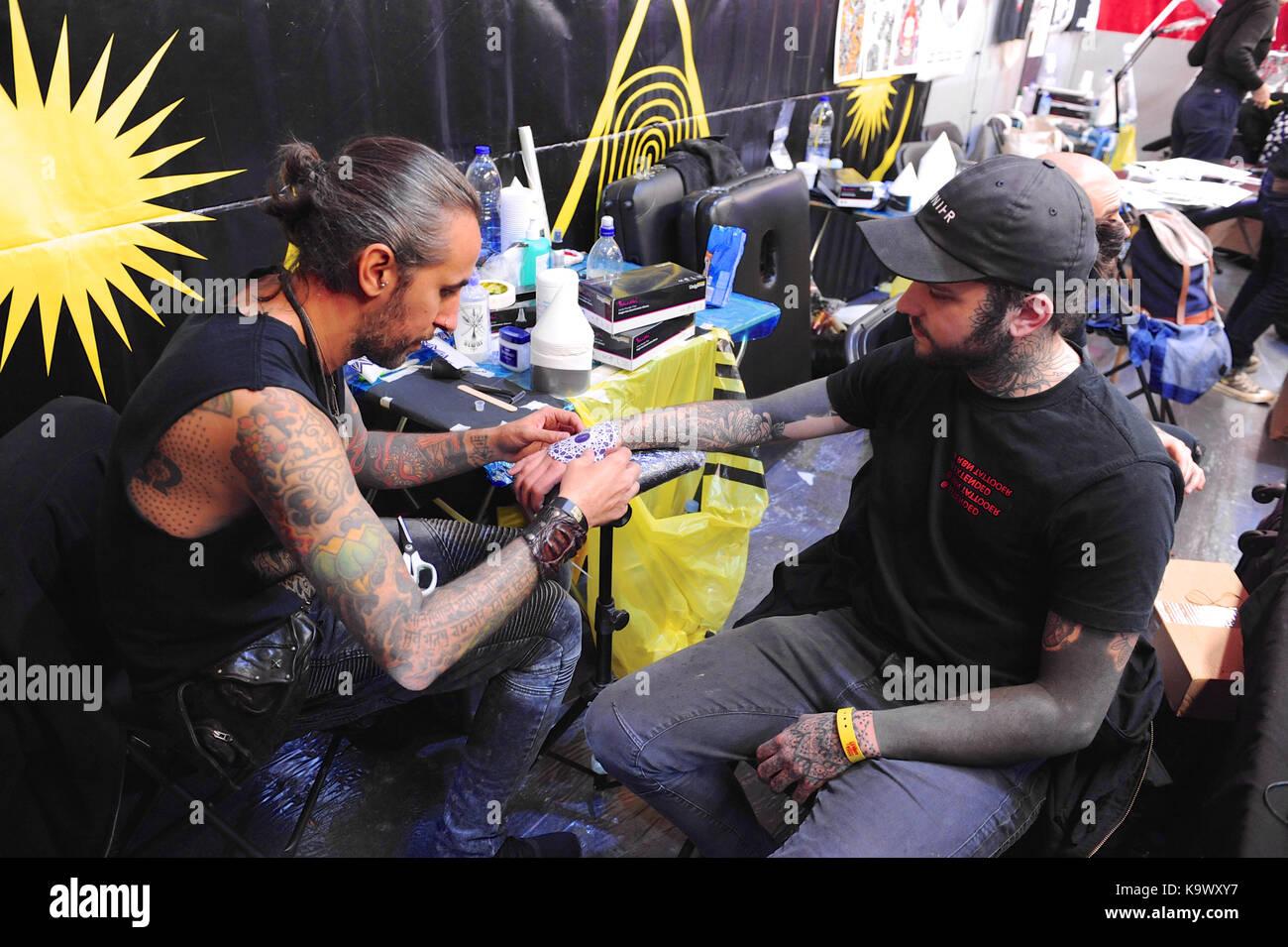 Londres, Reino Unido. El 24 de septiembre, 2017. Un tattooist en el trabajo en la 13ª Convención Internacional de Foto de stock