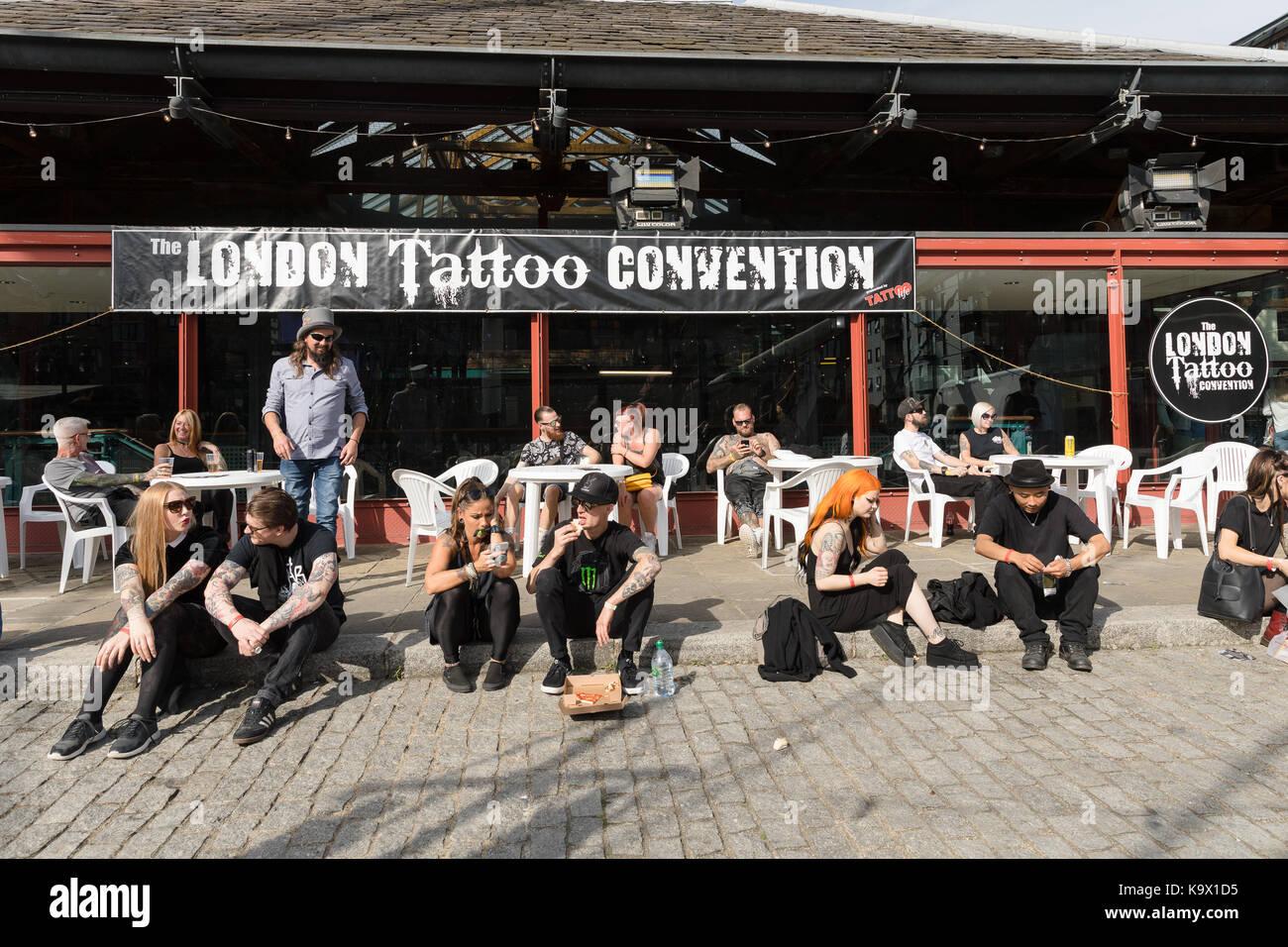 Londres, Reino Unido. 24 de septiembre de 2017. Los visitantes de fuera de la LONDON Tattoo Convention 2017 celebrada Foto de stock