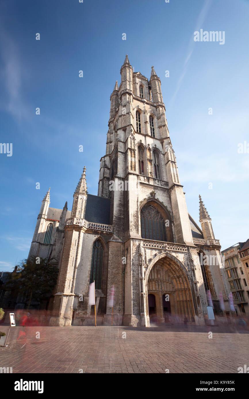 Disparo De Larga Exposición Diurna De La Famosa Catedral En Gante