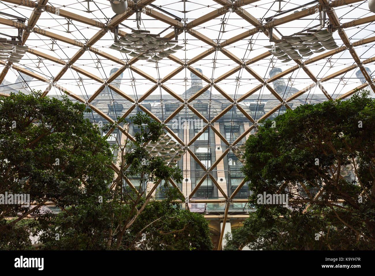 La estructura del techo de cristal y el atrio en Portcullis House, Westminster, Londres, Inglaterra Foto de stock