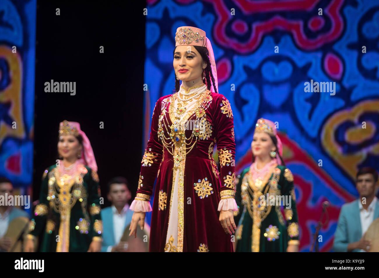 Rendimiento de navbakhor uzbekiston y ensambles de canto y danza en el escenario del Palacio del Kremlin durante los días de la cultura uzbeka en mos Foto de stock