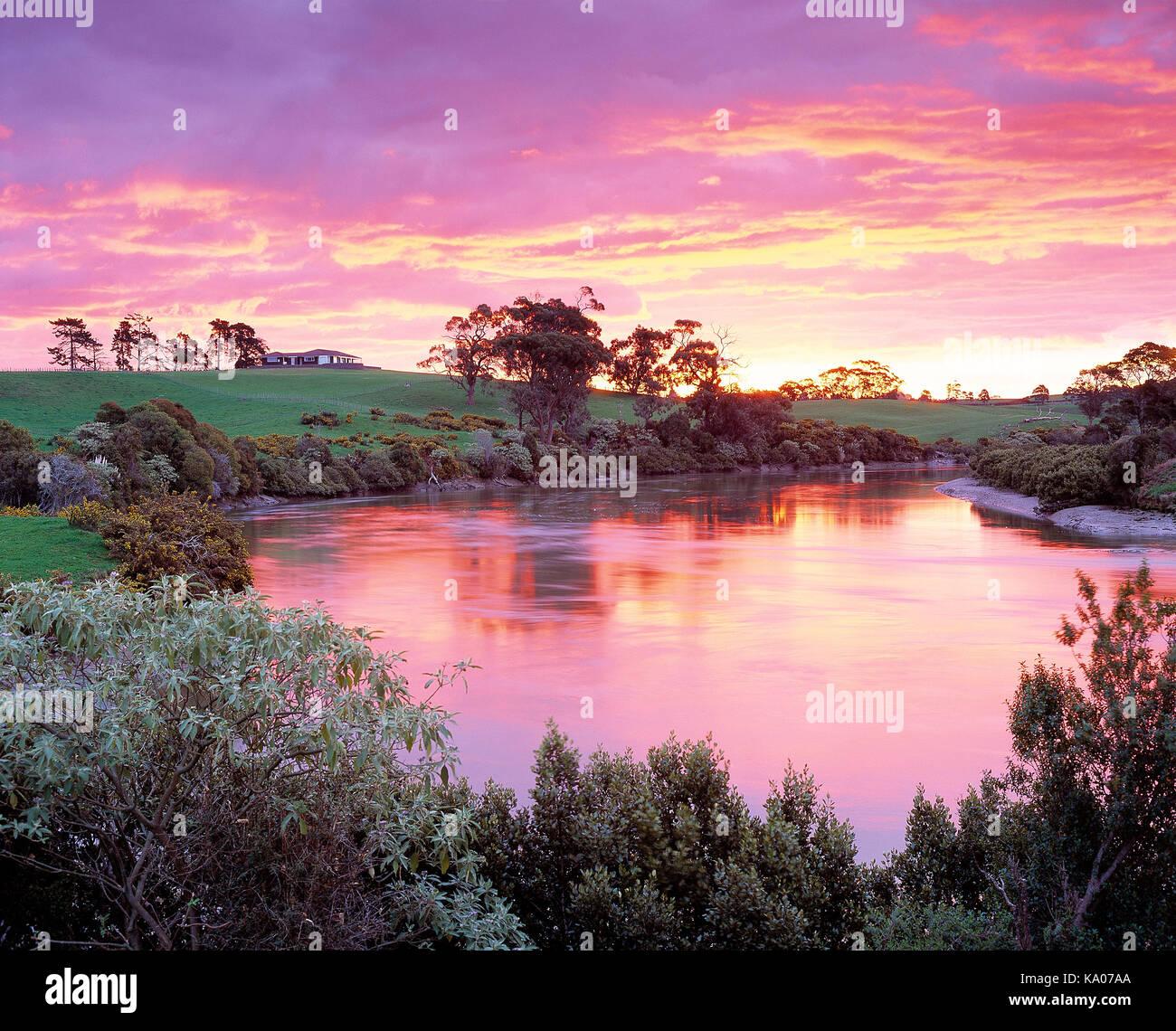 Nueva Zelanda. región de Auckland, la propiedad rural con agua al amanecer. Imagen De Stock