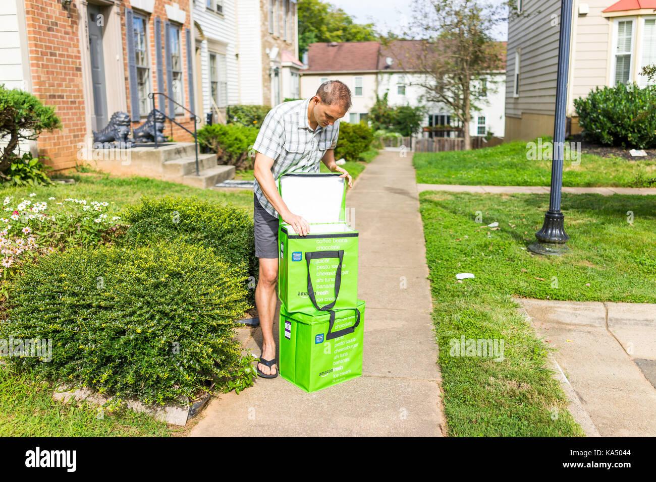 Fairfax, USA - Septiembre 12, 2017: Amazon Fresh aislado de entrega de comestibles en cajas y en bolsas en el porche Imagen De Stock