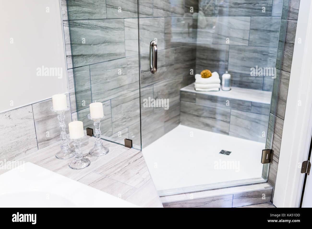 primer plano del estadio moderno bao embaldosado gris piedra encimera de mrmol en el modelo casa apartamento o casa con velas toallas pouf - Encimera De Marmol