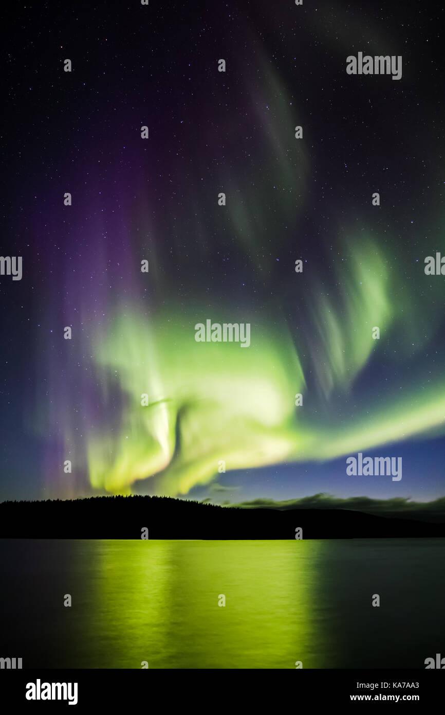 Las luces del norte sobre el lago luirojärvi Imagen De Stock