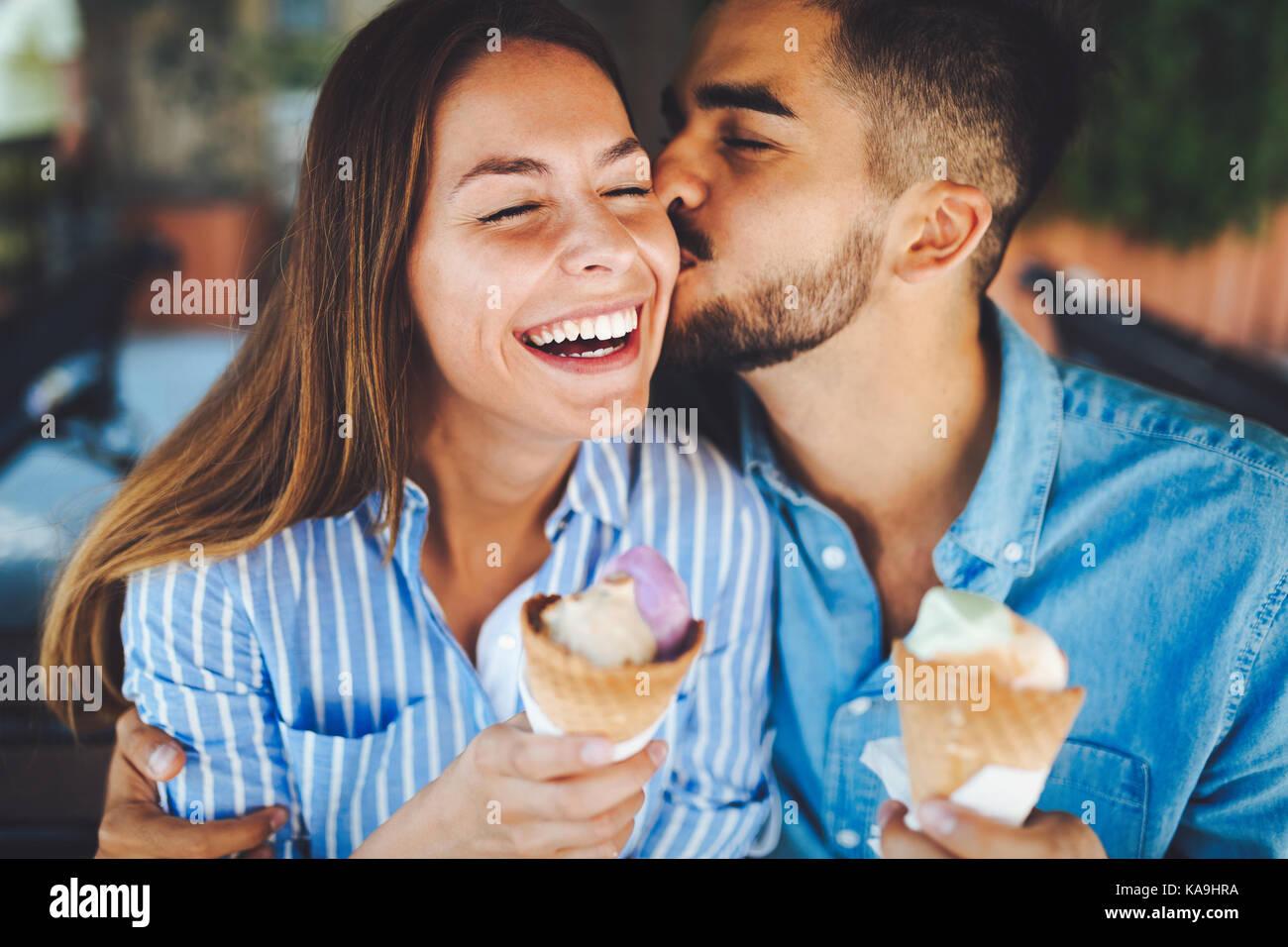 Feliz pareja tener fecha y comer helado Imagen De Stock