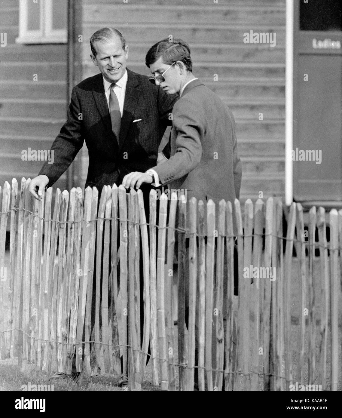 Un padre y su hijo momento entre el Príncipe Charles (luego de 19 años de edad) y su padre, el Príncipe Imagen De Stock