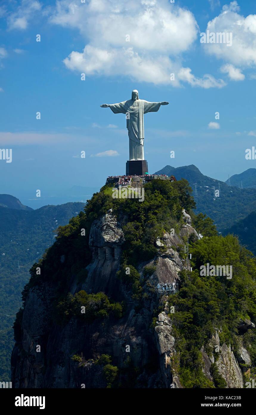 La estatua de Cristo Redentor en la cima del Corcovado, Río de Janeiro, Brasil, América del Sur - antena Imagen De Stock