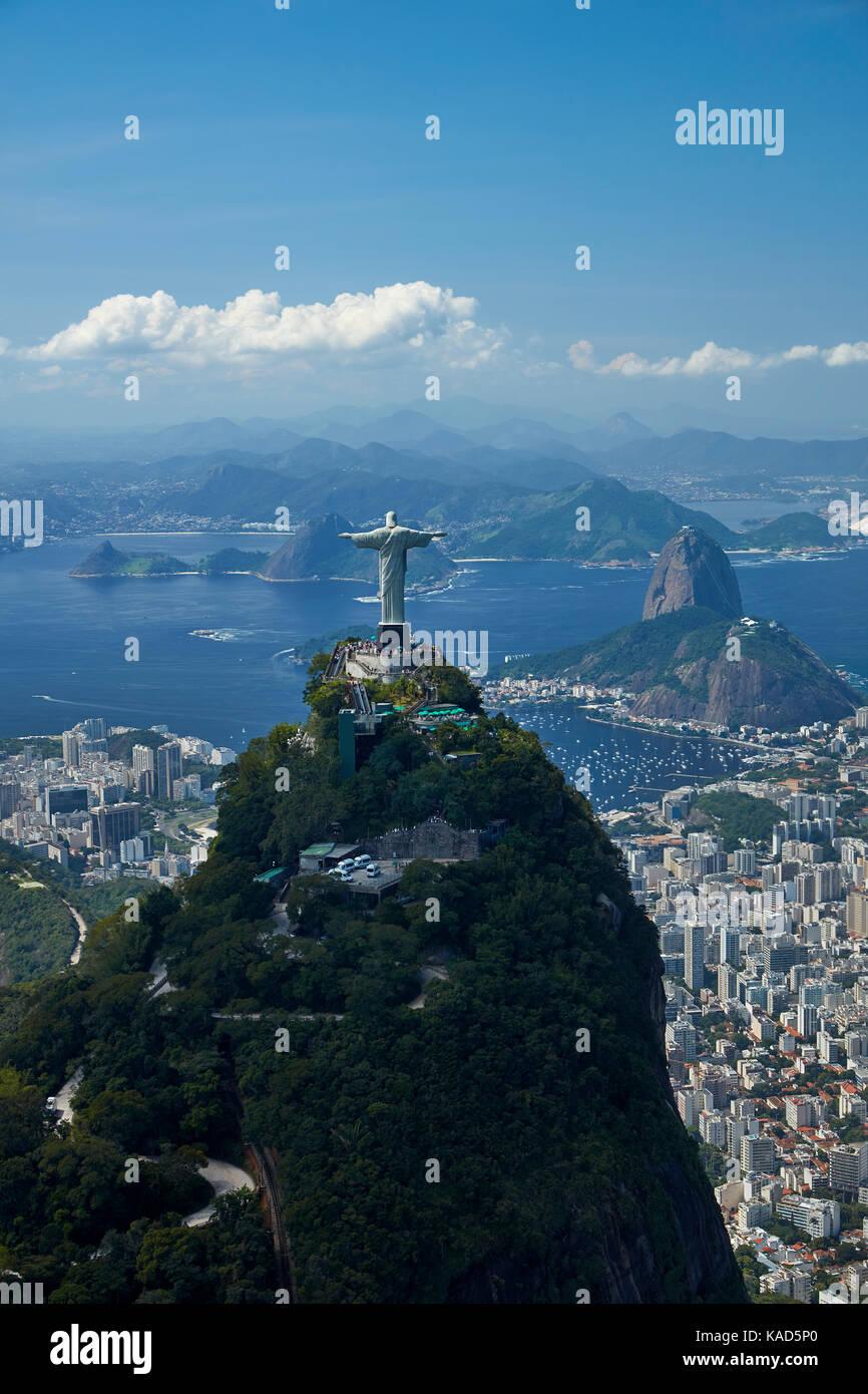 La estatua de Cristo Redentor en la cima de la montaña de Corcovado y Pan de Azucar, Rio de Janeiro, Brasil, Imagen De Stock