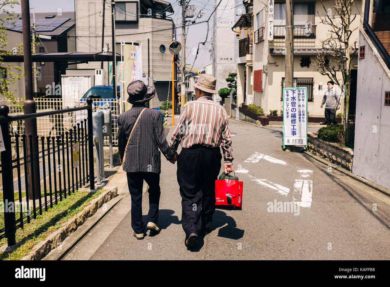 Cada día escena callejera en Japón. pareja caminando de la mano Imagen De Stock