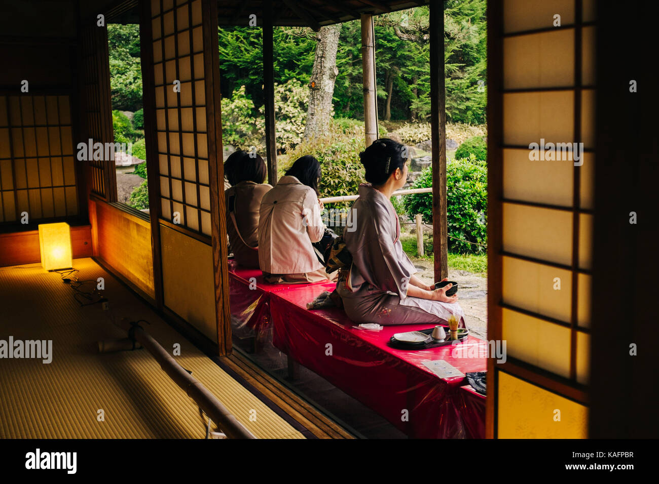 Cada día escena callejera en Japón. Las mujeres japonesas en kimono tradicional beber té Imagen De Stock