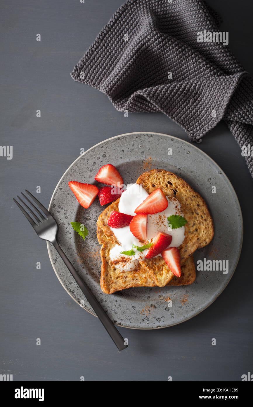 Las tostadas francesas con yogur y fresas para el desayuno Imagen De Stock