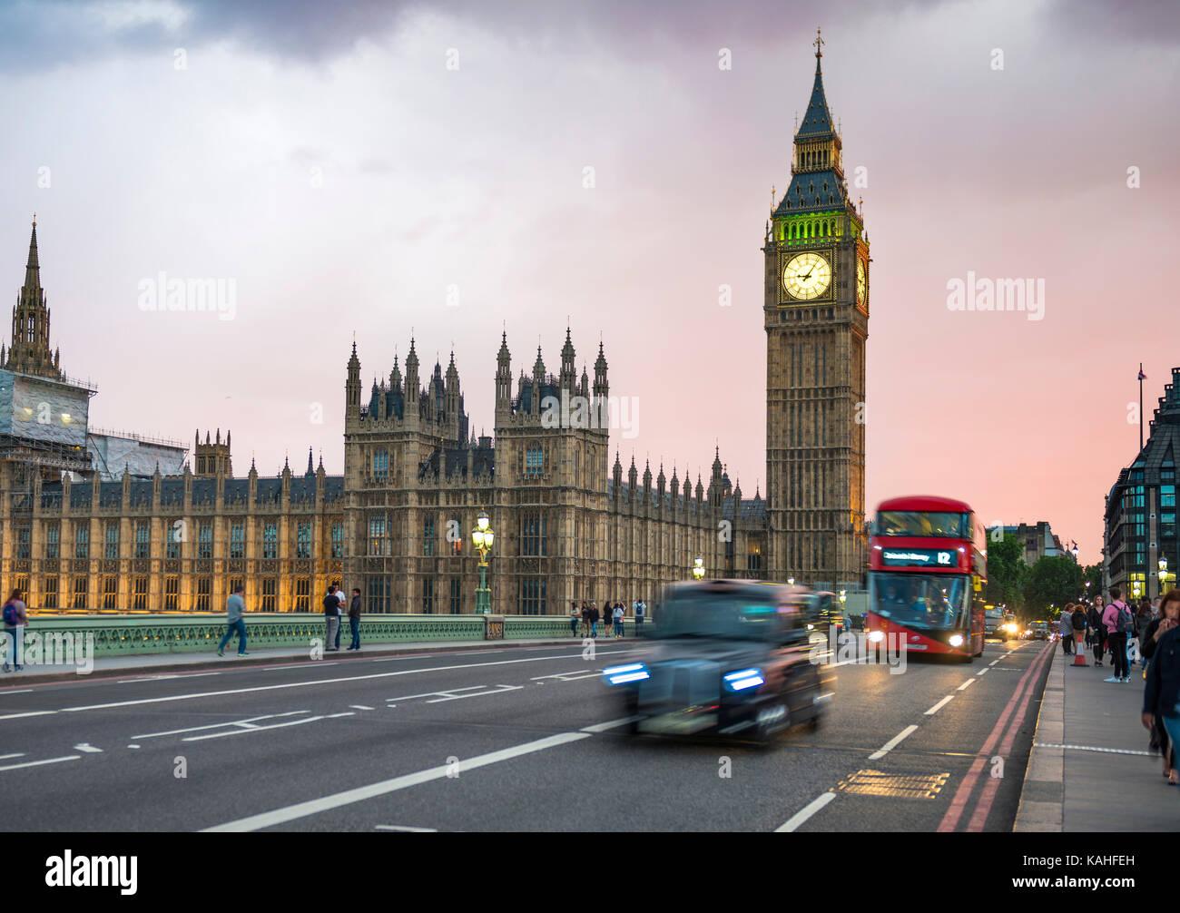 Taxi y Autobús de dos pisos de color rojo en el puente de Westminster, el Big Ben y el palacio de Westminster, el desenfoque de movimiento, puesta de sol, Londres, Inglaterra Foto de stock