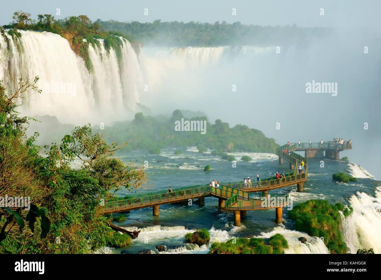 Los turistas sobre una plataforma de visualización, las cataratas de Iguazú, Foz do Iguazú, el Parque Imagen De Stock
