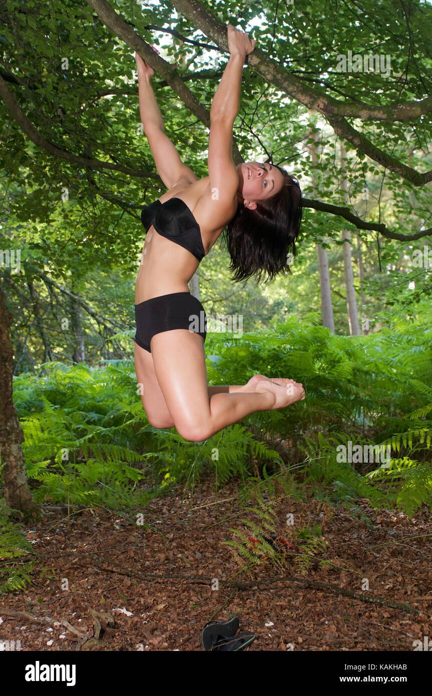 Culturismo y fitness physique en un bosque ubicación Imagen De Stock