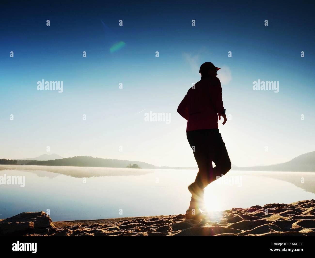 Hombre corriendo. boy corriendo rápidamente en la mañana playa. deportista runner, trotar guy durante Imagen De Stock