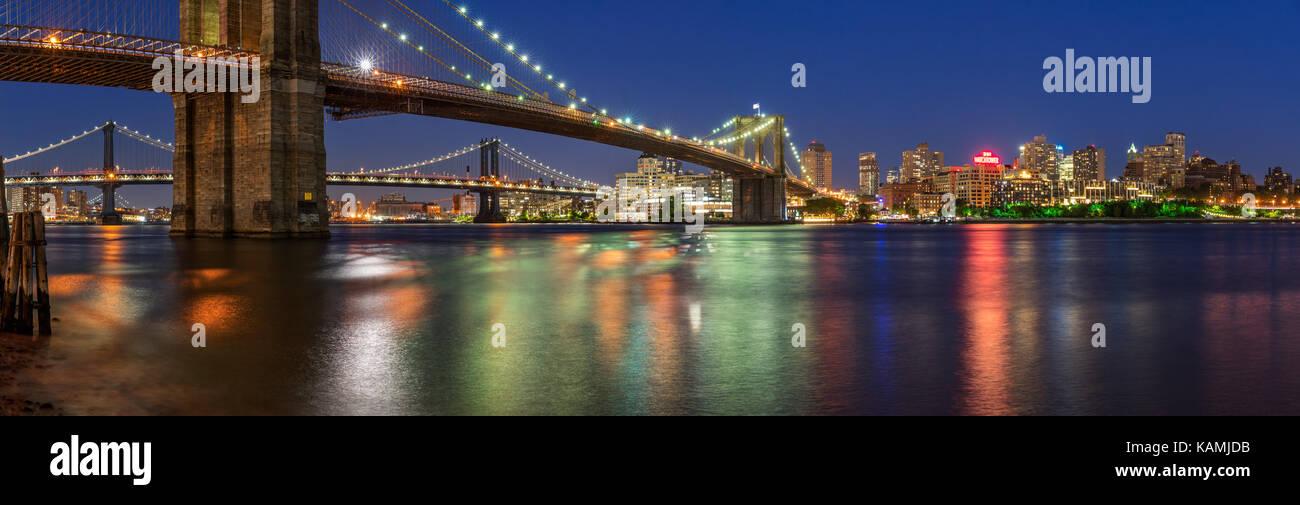 Noche vista panorámica de Brooklyn Riverfront con el puente de Manhattan y el Puente de Brooklyn. Dumbo, Brooklyn, Imagen De Stock